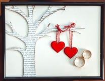 在纸心脏装饰的婚戒 库存图片