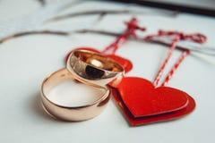 在纸心脏装饰的婚戒 免版税库存图片