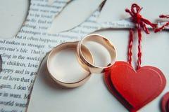 在纸心脏装饰的婚戒 库存照片