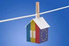 在纸房子的罗马尼亚、罗马尼亚人和欧盟旗子 库存照片