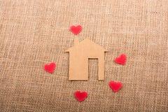 在纸房子附近的心脏形状 库存图片