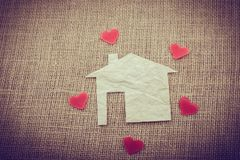 在纸房子附近的心脏形状 免版税库存照片