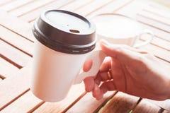 在纸杯服务的热的咖啡在商店 免版税图库摄影