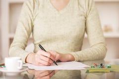 在纸板料的女性文字 免版税库存照片