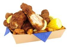 在纸板的南部的油煎的小鸡拿走盘子 库存图片