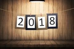 2018在纸板的数字垂悬在绳索的新年 库存图片