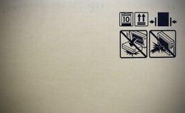 在纸板箱旁边的标志 免版税库存图片