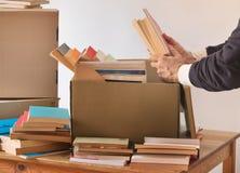 在纸板箱的包装书 免版税库存图片