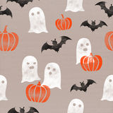 在纸板纸背景的万圣夜主题的(南瓜、鬼魂,棒)无缝的样式 10月秋天庆祝 免版税库存图片