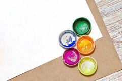 在纸片的五颜六色的树胶水彩画颜料特写镜头 库存照片