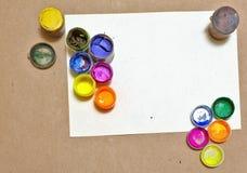 在纸片的多彩多姿的树胶水彩画颜料 免版税库存图片