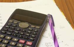 在纸片的手扶的计算器 免版税库存图片