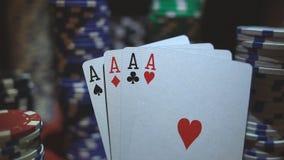 在纸牌筹码的四一点 与芯片的啤牌桌 股票视频