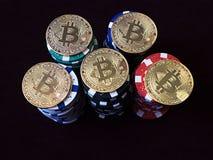 在纸牌筹码的Bitcoin硬币 新的真正和真正的货币 免版税库存照片