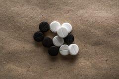 在纸的不同的药片 免版税库存照片