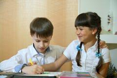 在纸的儿童凹道 创造性和教育概念 与色的铅笔的儿童油漆在一张白色纸片桌 库存照片