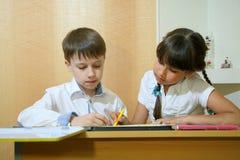 在纸的儿童凹道 创造性和教育概念 与色的铅笔的儿童油漆在一张白色纸片桌 免版税图库摄影