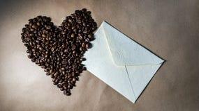在纸的咖啡心脏 免版税库存照片