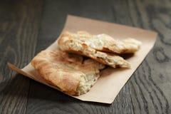 在纸的新近地被烘烤的英王乔治一世至三世时期皮塔饼面包 免版税库存照片
