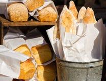 在纸的新鲜面包 免版税库存图片