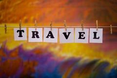 在纸的旅行文本与与诗歌选bokeh的晒衣夹在背景 免版税库存照片