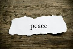 在纸的概念词在木书桌上-和平 免版税库存图片