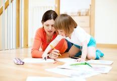 在纸的母亲和儿童图画。在只有妇女的焦点 图库摄影