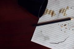 在纸的溢出的咖啡 免版税库存照片