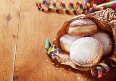 在纸的狂欢节油炸圈饼与在边的支柱 库存图片