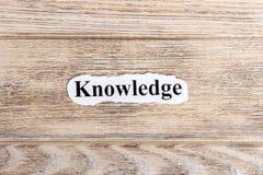 在纸的知识文本 在被撕毁的纸的词知识 com概念小雕象图象其它正确的常设文本 免版税库存图片