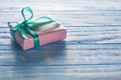 在纸的礼物盒在一张蓝色木桌上 库存图片