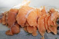 在纸的被切的盐味的三文鱼内圆角 库存图片