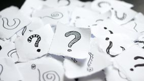 在纸的许多问号 在废纸的乱画拉长的问号 选择,政策制定,分类概念 免版税库存照片