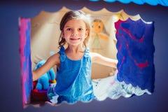 在纸盒剧场里面的可爱的女孩 免版税库存图片