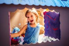 在纸盒剧场里面的可爱的女孩 库存照片