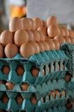 在纸盒堆积的新鲜的鸡蛋在市场上 免版税图库摄影