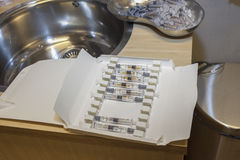 在纸盒的流感预防针 免版税库存图片