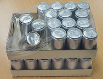 在纸盒箱子的罐装生产 库存图片