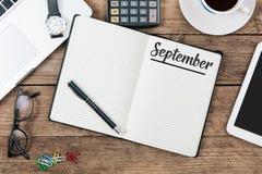 在纸笔记本的9月德国和英国月名字在o 库存图片