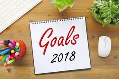 在纸笔记本背景的2018个目标在办公室桌, busine上 库存照片