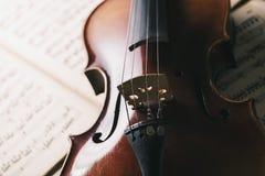 在纸笔记的老古色古香的小提琴 库存图片