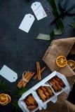 在纸箱的圣诞节星状姜饼曲奇饼准备好 免版税库存照片