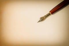 在纸纹理的古色古香的墨水笔 葡萄酒样式定了调子背景 免版税图库摄影