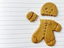 在纸背景的姜饼人饼干 免版税库存照片