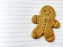 在纸背景的姜饼人饼干 免版税图库摄影