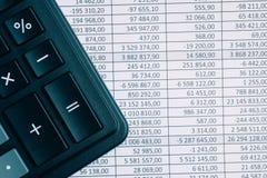在纸背景的计算器与共计 o 免版税图库摄影