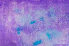 在纸背景纹理绘的紫罗兰色水彩 免版税库存照片