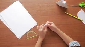 在纸艺术origami的小男孩图画 爱好工艺 顶视图 股票视频