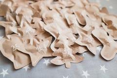 在纸袋包裹的被制作的圣诞节礼物 12月31日 免版税库存图片