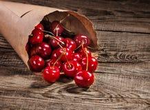 在纸袋的成熟樱桃在老委员会 库存照片